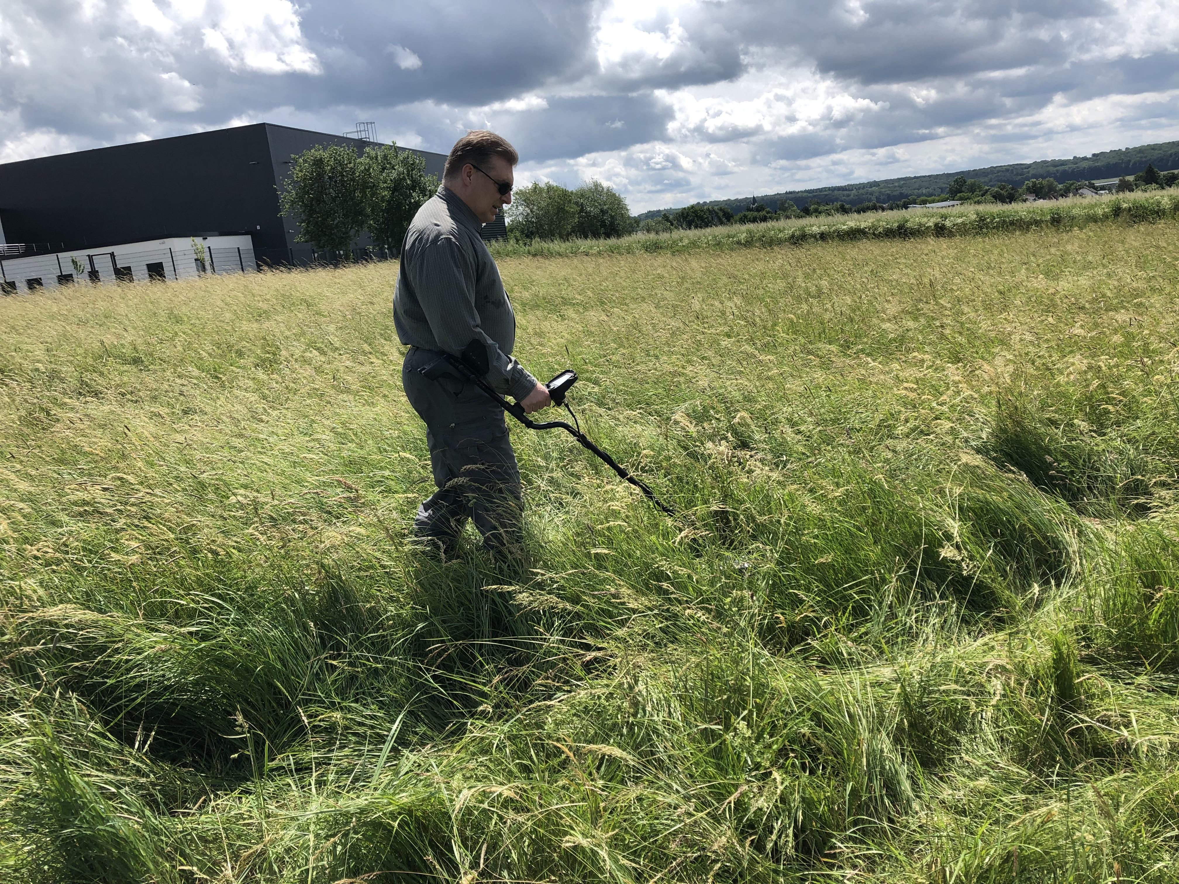 Verlorenes Handy im hohen Gras orten